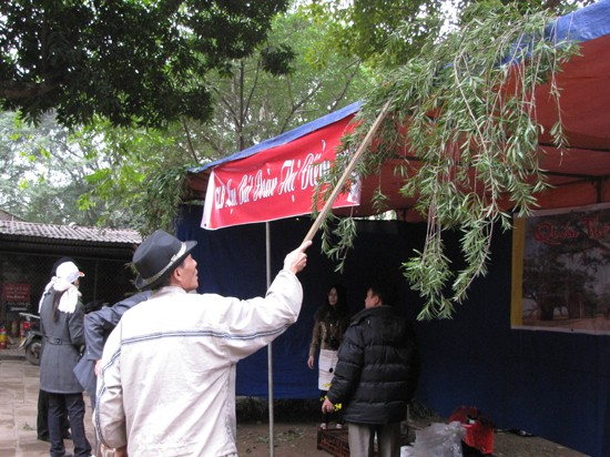 Thành viên các câu lạc bộ thơ, văn học nghệ thuật đang căng lều, chuẩn bị cho Ngày thơ Việt Nam