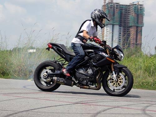 Xế độ Benelli TNT 899 ở Sài Gòn. Mẫu mô tô phân khối lớn dòng naked bike của hãng xe Italy được một người chơi xe chuyên nghiệp tại Sài Gòn độ lại cho phù hợp với mục đích biểu diễn