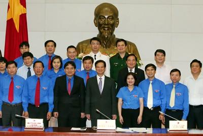 Thủ tướng Nguyễn Tấn Dũng và các đại biểu Trung ương Đoàn. Ảnh: VGP/Nhật Bắc