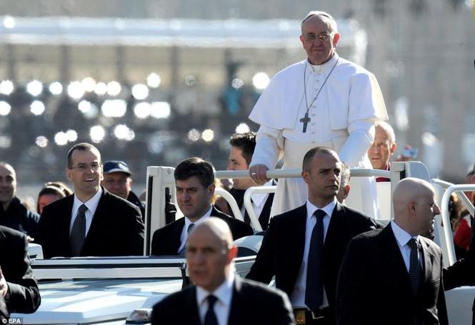 Xe rước Giáo hoàng Francis đi quanh quảng trường trước khi bước vào lễ chính thức