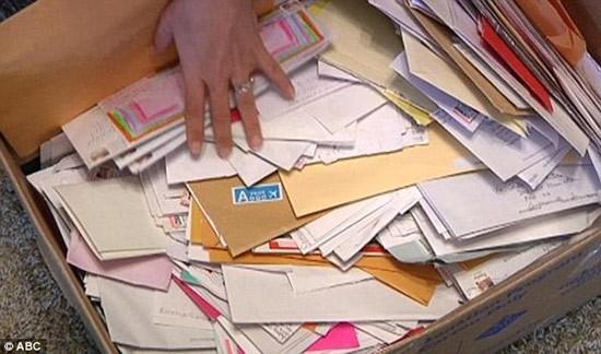 Những bức thư tay cầu kỳ của người hâm mộ chưa từng được mở ra đã bị 'gửi' đến khu xử lý rác