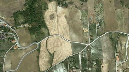 Một cánh đồng sau khi gặt tại thị trấn Catalani, Sicily, Ý, có hình giống thân người
