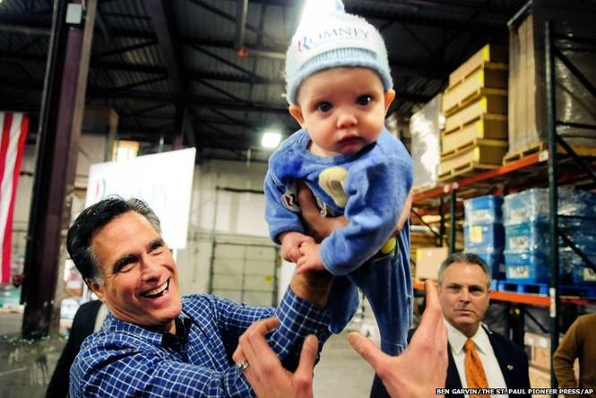 Ứng cử viên tổng thống của Đảng Cộng Hòa Mitt Romney đang bế một em bé tại Nevada. Ảnh: AP
