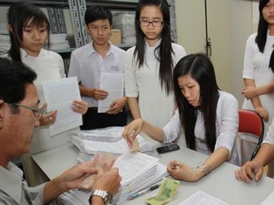 Học sinh Trường THPT Lương Văn Can, Q.8, TP.HCM nộp hồ sơ đăng ký dự thi đại học, cao đẳng năm 2012 trong ngày 29-3, ngày cuối nhận hồ sơ của trường này