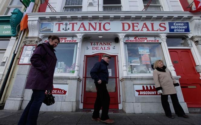 Hình ảnh trước một cửa hàng ở Conh, Ireland, điểm dừng chân đầu tiên của hành trình tàu Titanic Memorial Cruise