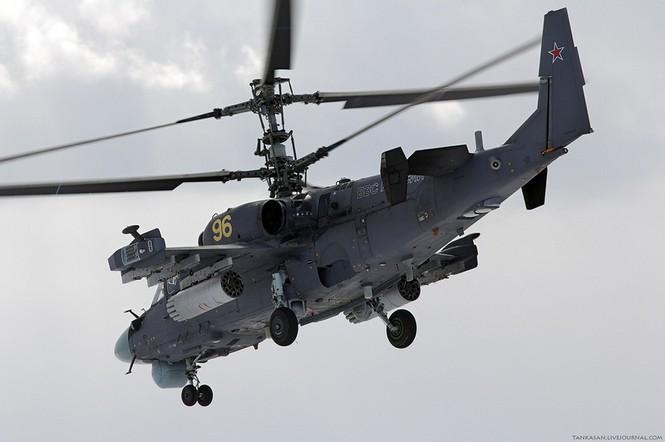 So với Ka-50, loại trực thăng chiến đấu Ka-52 có thêm hệ thống radar gồm hai ăng-ten cột dùng thu tín hiệu mục tiêu trên không và mục tiêu mặt đất. Ka-52 có hệ thống ngắm TV/ảnh nhiệt ngày/đêm Samshite đặt trong 2 tháp hình cầu (1 trong buồng lái và 1 ở phần dưới của mũi máy bay)