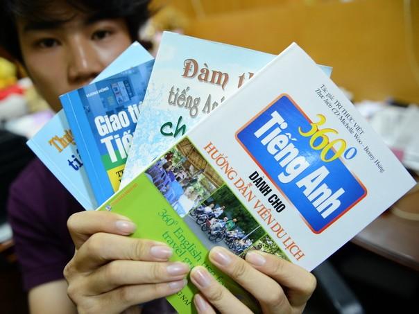 Các cuốn sách tiếng Anh cho ngành du lịch với nội dung trọng tâm là du lịch Trung Quốc. Ảnh: Thuận Thắng
