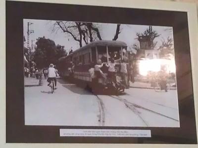Hình ảnh quen thuộc Hà Nội một thời, được dùng để trang trí cho một nhà hàng hồi nhớ thời bao cấp