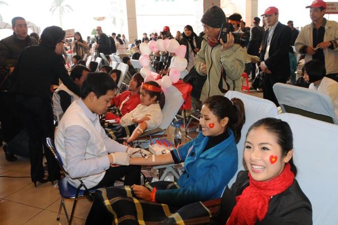 Cùng với nhiều bạn trẻ khác, Ngọc Hân và Nguyễn Thị Loan đến với Lễ hội Xuân Hồng 2012 với sự nhiệt huyết của tuổi trẻ và tấm lòng nhân ái