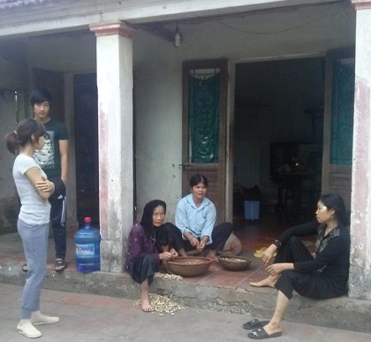 Anh Nguyễn Văn Nam (ngoài cùng bên trái) cùng người thân