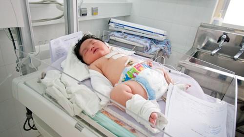 Bé gái nặng 6kg đang được chăm sóc tại phòng hồi sức sơ sinh - Ảnh: Tiến Thành