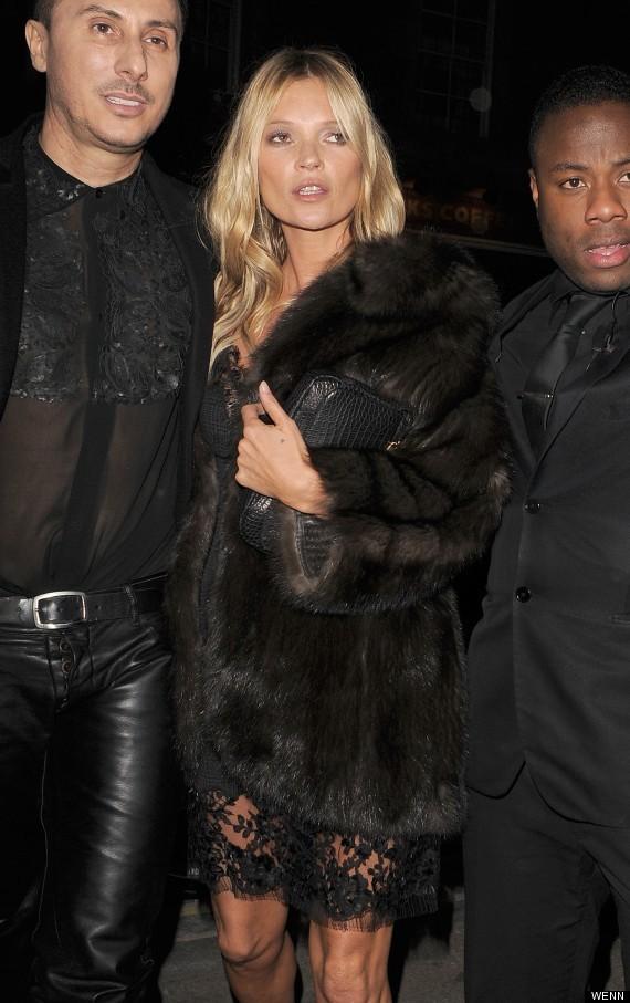 Siêu mẫu Kate Moss lộ đầu gối nhăn nheo - ảnh 1