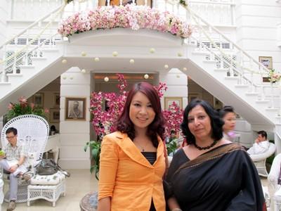 Nhà văn Di Li (trái) trước khu ở của các đại văn hào
