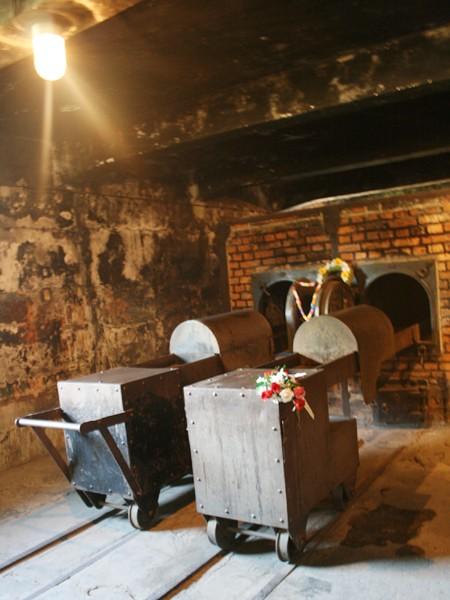 Bên trong lò thiêu người Auschwitz