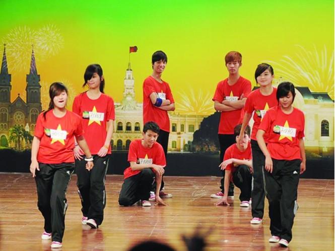 Các vũ công Energy (Nghị lực) nhảy hip-hop mà không hề nghe thấy nhạc. Ảnh: Tony Le