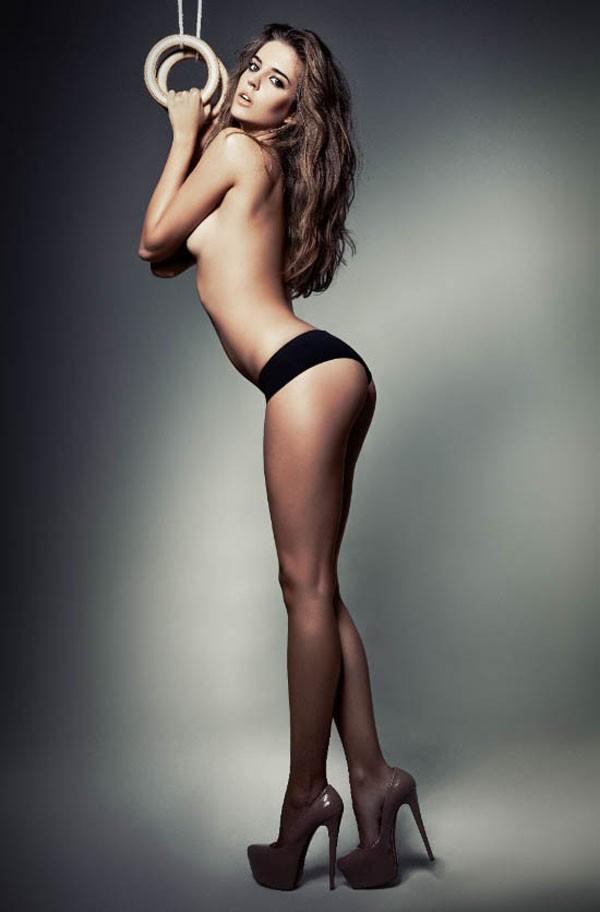 Chân dài Tây Ban Nha tay không ôm ngực trần - ảnh 2