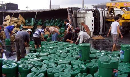 Đồng Nai:             Xe chở dầu gặp nạn, người dân lao vào hôi của             Chiếc xe bị lật nghiêng khiến hàng trăm thùng dầu nhờn loại 18L đổ ra đường. Người dân sau đó đã túm tụm, tranh nhau lấy dầu.             Vụ việc xảy ra vào khoảng 14h ngày 15/3 trên Quốc lộ 1A đoạn thuộc Ngã ba Vũng Tàu (phường An Bình, TP Biên Hòa, Đồng Nai). Thông tin ban đầu được biết, vào thời gian trên, xe tải chở dầu nhờn BKS 65C-015.74 do tài xế Lê Phước Hiếu 42 tuổi (quê Cần Thơ) điều khiển theo hướng Bắc - Nam, khi đến địa điểm trên thì bất ngờ lạc tay lái rồi lật nghiêng.             Vụ tai nạn khiến hàng trăm thùng dầu nhờn hiệu Mipec loại 18L đổ ra đường. Tài xế xe tải sau đó đã phải phá cửa kính chắn gió để thoát nạn.             Tại hiện trường, hàng trăm thùng dầu lăn ra đường, trong đó hàng chục thùng bị vỡ, khiến dầu đổ lênh láng. Người dân địa phương ngay sau đó đã tranh thủ lao vào múc dầu bị tràn ra đường và lấy cắp nhiều thùng còn nguyên vẹn.             Nhận được tin báo, lực lượng chức năng đã có mặt tại hiện trường để ứng cứu và điều tiết giao thông.             Tai nạn xảy ra tại vòng xoay ngã ba Vũng Tàu vào giờ cao điểm nên đã xảy ra ách tắc giao thông cục bộ. Rất may không có sự thiệt hại nào về người.             Hiện lực lượng chức năng đang điều tra làm rõ vụ việc.             Theo Minh Hậu Dân Trí             Xe chở dầu lật nghiêng             Nhiều người dân tranh thủ hôi của             Rút trộm cả xăng của chiếc xe gặp nạn             Lực lượng chức năng khắc phục sự cố