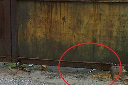Tòa nhà 300 Kim Mã bỏ hoang, nên trở thành tụ điểm của tệ nạn. Trong ảnh là một bơm kim tiêm bị vứt lại