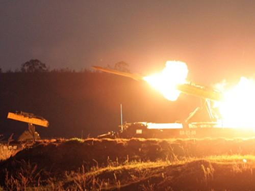 Bầu trời đêm rực sáng khi tên lửa khai hoả