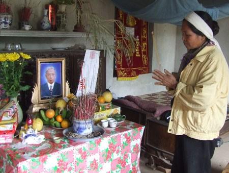 Bà Bùi Thị Thuận bên bàn thờ ông Mùi. Ảnh: B.M (Giadinh.net)