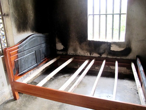 Giường mẹ con chị Luyến - hiện trường chính vụ thảm án đã bị cháy đen
