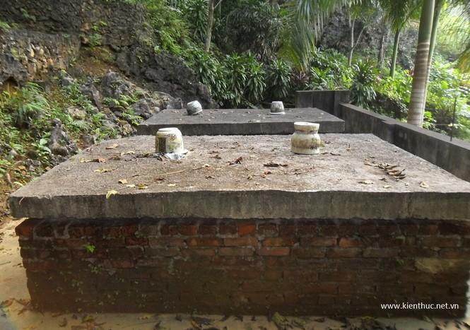 Khu mộ hiện đã xây hoàn chỉnh với 2 ngôi cạnh nhau, phía trên có 2 tấm bê tông, ước chừng 6 người khiêng không nổi.