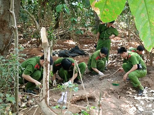 Công an truy tìm thi thể bà Dương Thị Thủy Bình Hà trong vườn nhà bà Lê Thị Hường ngày 14-3             và tìm thấy nhiều khúc xương người Ảnh: Gia Khánh