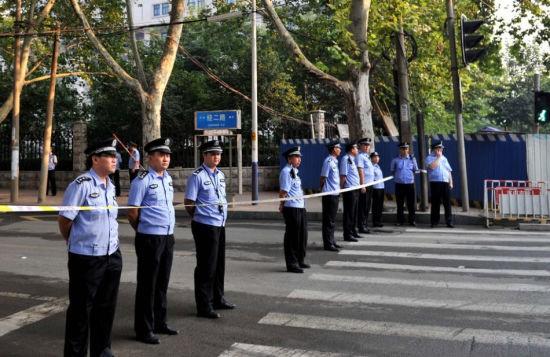 Bên ngoài, lực lượng an ninh vẫn lập hàng rào nhằm đảm bảo an ninh trong suốt thời gian diễn ra phiên xét xử