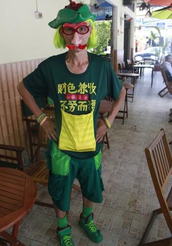 'Dị nhân' bán vé số ở Sài Gòn - ảnh 1