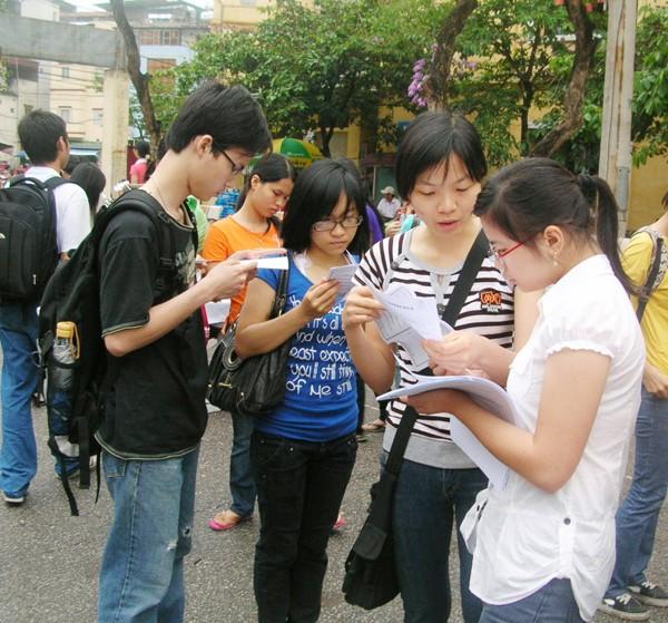 Sinh viên tìm hiểu thông tin tuyển dụng thực tập sinh. Ảnh: H.Y