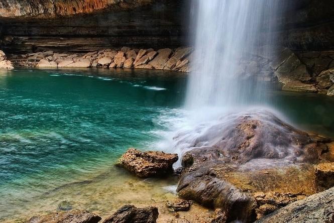 Hồ nước đẹp lung linh dưới mỏm đá - ảnh 4