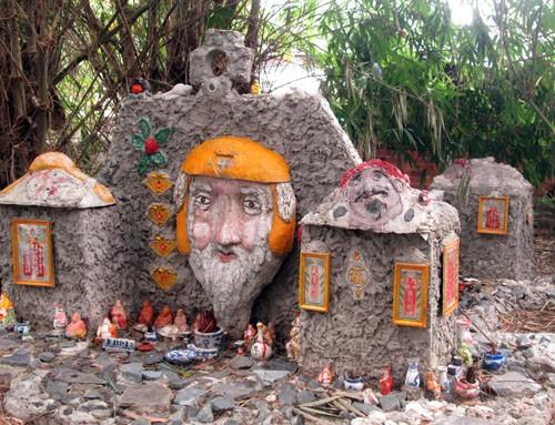 Ngôi mộ thờ đủ kiểu thần thánh