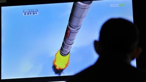 Người dân Hàn Quốc theo dõi bản tin vụ phóng tên lửa của Triều Tiên qua truyền hình.