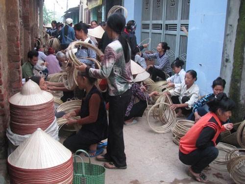 Song song với việc mua bán nón, người đi chợ còn mua vật liệu để về làm nón