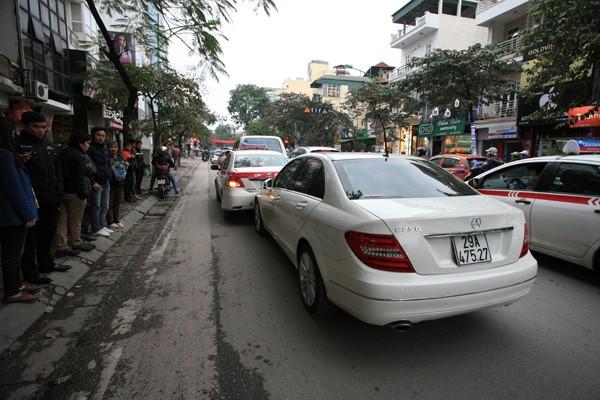Ba ô tô đâm nhau trên phố - ảnh 3