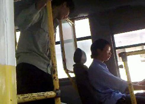 Lái, phụ xe buýt tuyến 34 (BKS 30K-1550). Ảnh: Vnexpress