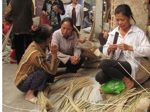Tận dụng thời gian bán hàng ngoài chợ, cô Hằng vót thêm cật lứa để kiếm thêm thu nhập