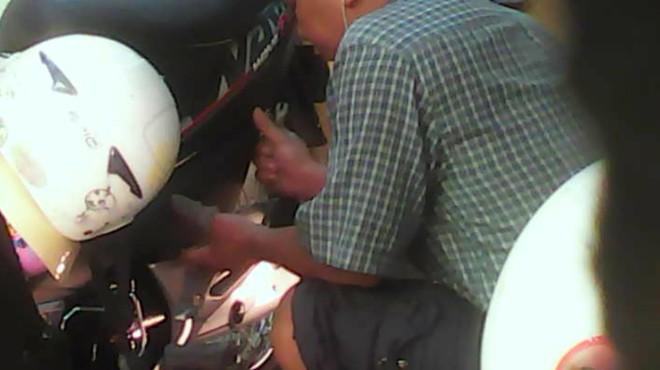 'Luộc' phụ tùng ngay bãi giữ xe - ảnh 3