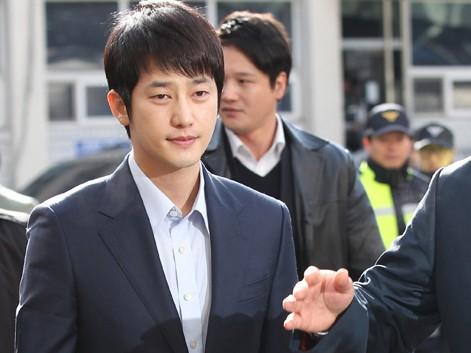 Park Shi Hoo mệt mỏi rời sở cảnh sát Tây Seoul hôm 1.3