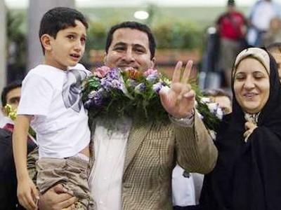 Nhà vật lý hạt nhân Iran Shahram Amiri vui mừng gặp lại vợ và con trai tại sân bay quốc tế Tehran sáng 15-7