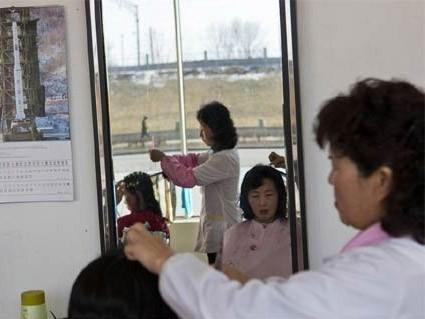Một tờ lịch năm 2013 in hình tên lửa Unha-3 của Triều Tiên được treo tại một hiệu làm tóc ở Bình Nhưỡng ngày 20/2