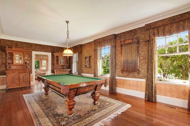 Siêu biệt thự có phòng chơi bi-a rộng rãi với sàn gỗ bóng loáng, sang trọng