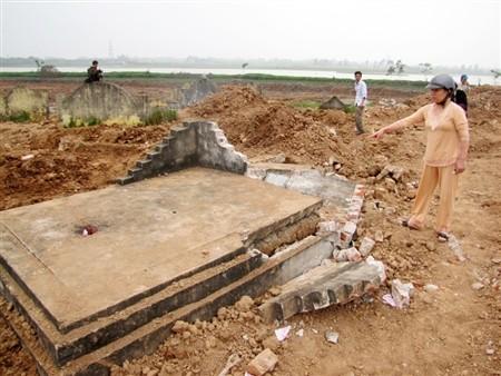 Việc ngôi mộ bị vỡ bia