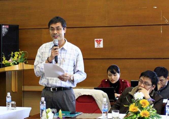 Nhà thơ Hữu Việt, phó tổng biên tập báo Phụ nữ Thủ đô đóng góp ý kiến. Ảnh: Xuân Tùng