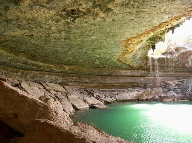 Hồ nước đẹp lung linh dưới mỏm đá - ảnh 7