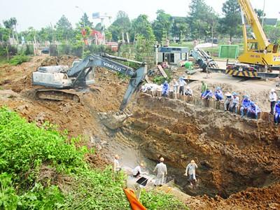 Hiện trường vụ vỡ đường cấp nước sông Đà. Ảnh: nguyễn tú
