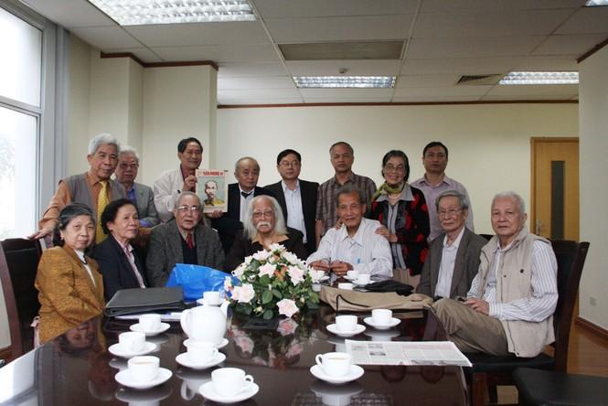 Đại diện Ban biên tập Báo Tiền Phong chụp ảnh cùng những cán bộ đầu tiên của báo Tiền Phong