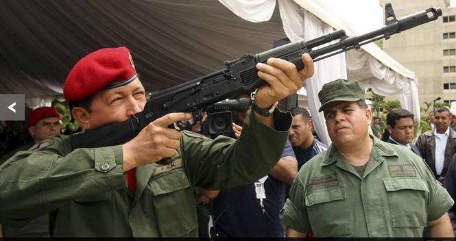 Tổng thống Hugo Chavez đang xem một khẩu súng mới do kỹ sư thiết kế súng của Nga thiết kế