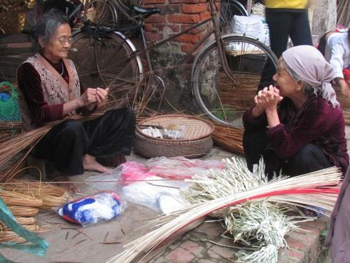 Gian hàng bán vật liệu làm nón của bà Sen vẫn tồn tại với nghề nón trong hơn 40 năm qua