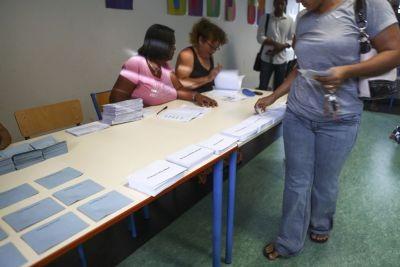 Một công dân Pháp đang tham gia bỏ phiếu